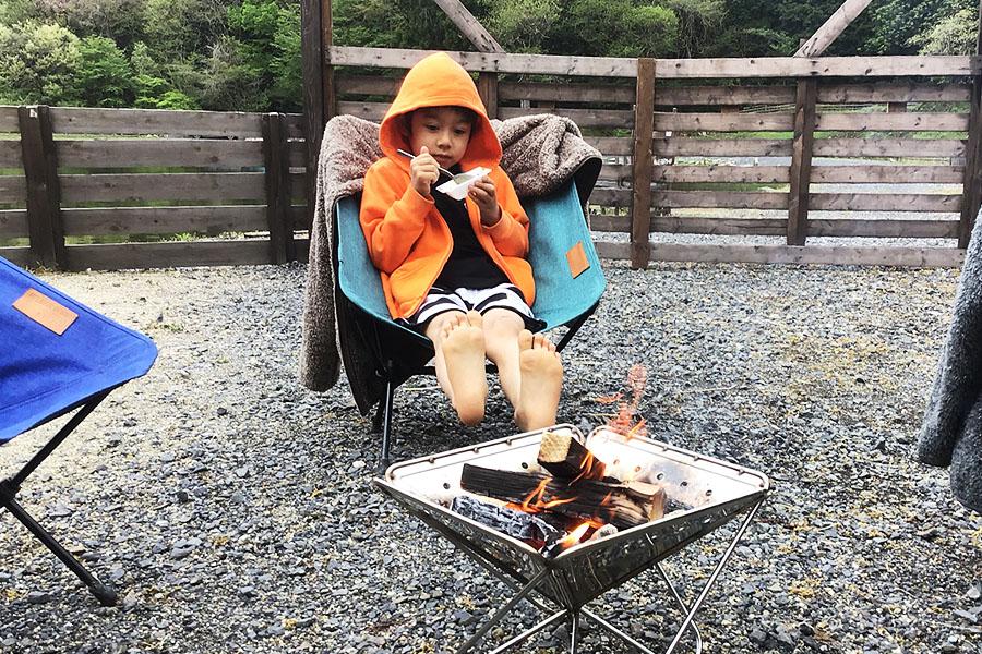 焚き火で体を温める